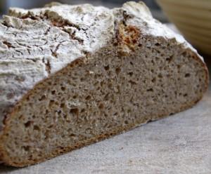 Die saftige, lockere Krume erhält das Brot durch die Übernachtgare und die anschliessend sorgfältige Bearbeitung.